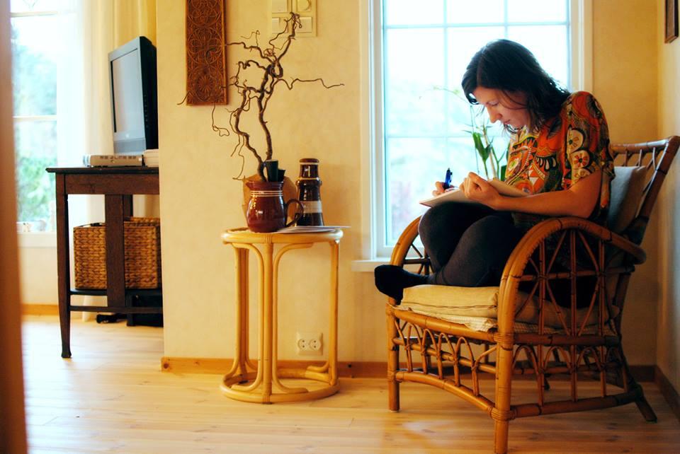 Marte Skaara - forfatteren av dette blogginnlegget hjemme på hybelen i Bergen.